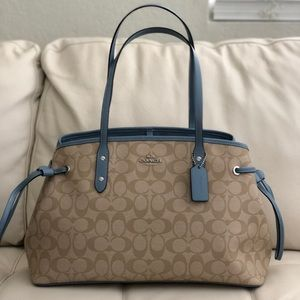 COACH DRAWSTRING CARRYALL IN SIGNATURE F57842